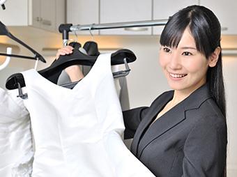 ウエディングドレスの提案をしているスタッフの写真